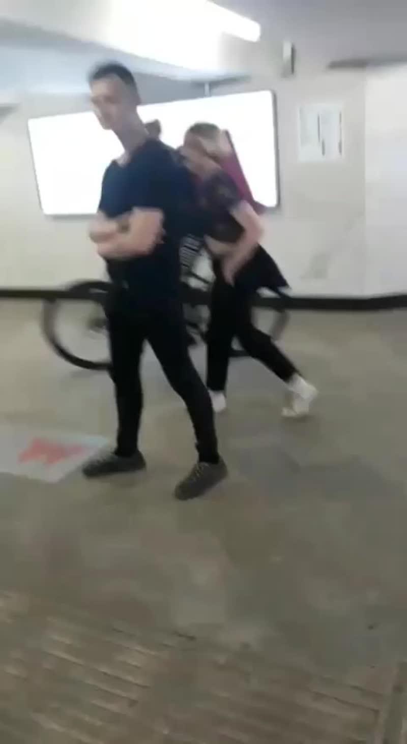 Сняли у парня майку в метро